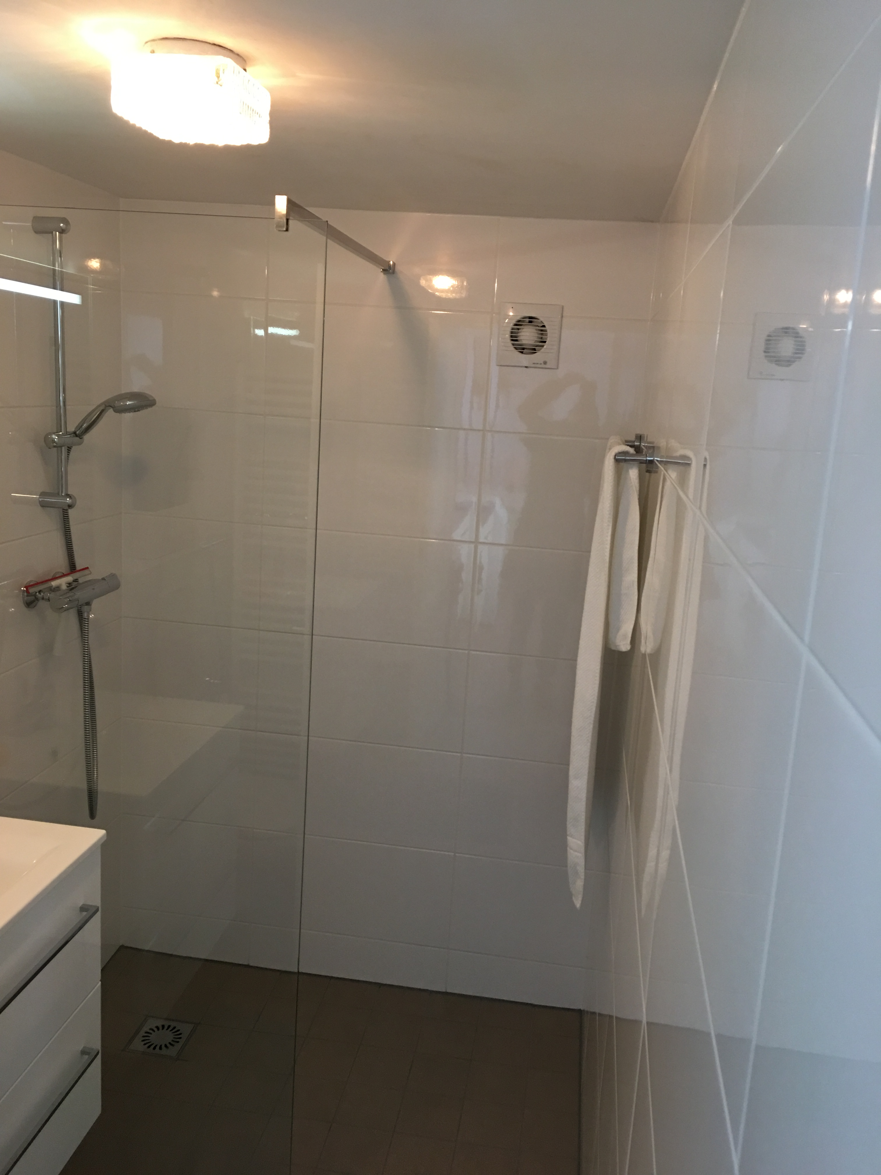 Mooie kleine badkamer gerealiseerd in appartement homma loodgieters - Kleine badkamer m ...