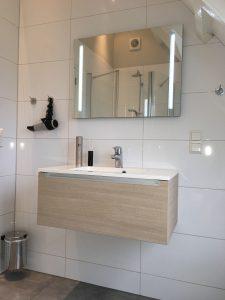 Nieuw wastafelmeubel en spiegel met verlichting